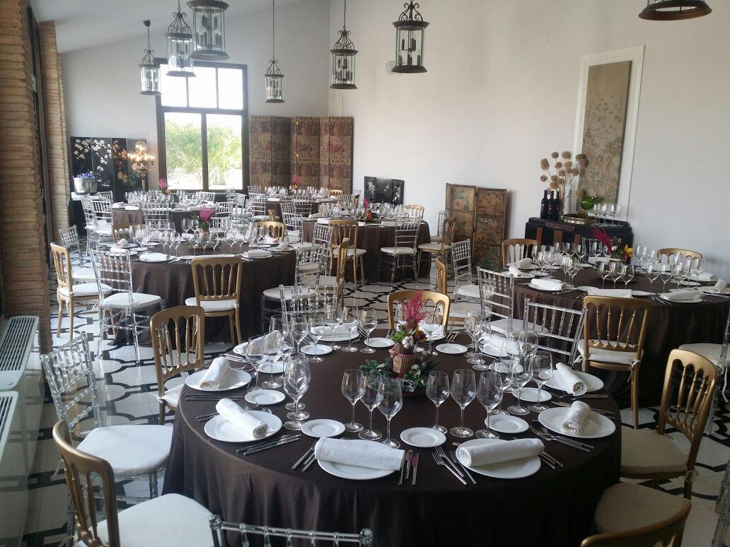 Mesa en el interior de la finca para bodas Yeguada Lagloria