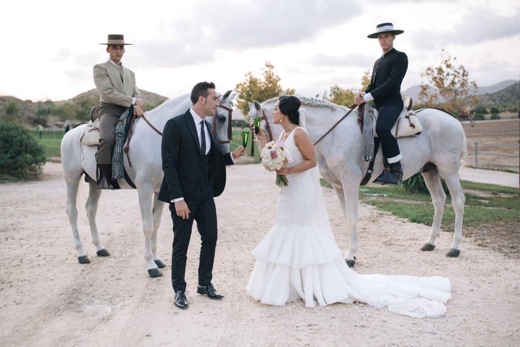 Recibiendo a los novios con caballos carrujados en Yeguada Lagloria